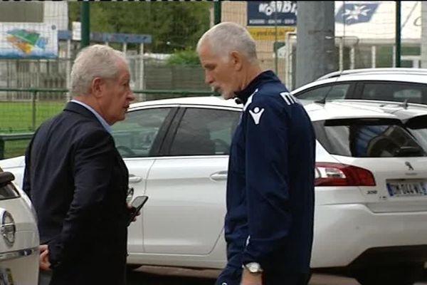 Le président et l'entraîneur de l'AJA en discussion ce 30 août au stade à Auxerre (89).
