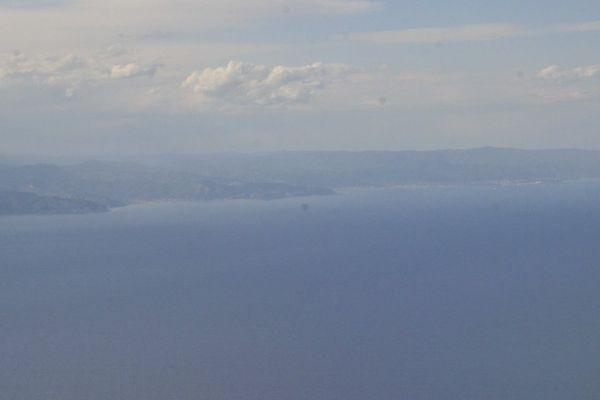 Pollution maritime au large de Gênes : survol de la côté au large de Savona par un Falcon 50 de la Marine Nationale