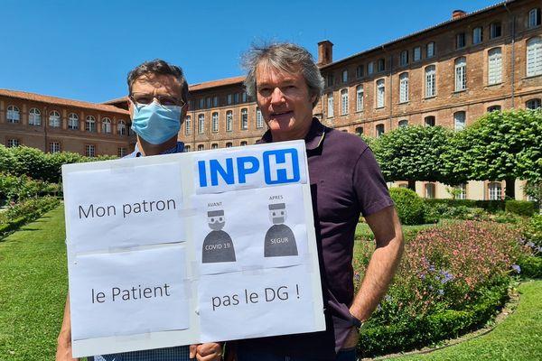 Le docteur Pierre Rumeau avec un confrère médecin avant la manifestation des personnels hospitaliers devant l'hôtel Dieu à Toulouse