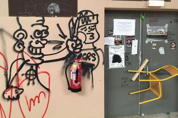 Montpellier - Nombreux tags sur les murs, à l'intérieur et à l'extérieur des locaux de l'université - 23 avril 2018.
