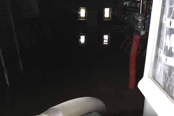 Pompage réalisée par les pompiers à l'intérieur d'une maison de Bélâbre, au lendemain des inondations.