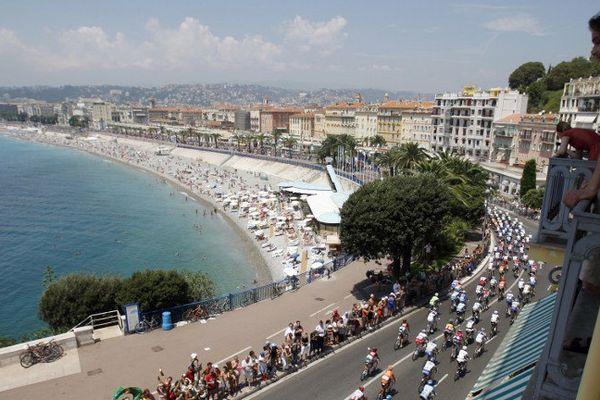 Les coureurs du Tour de France sur la promenade des Anglais en 2009.