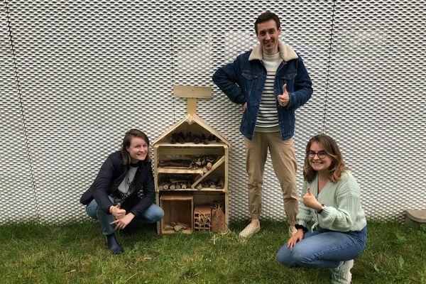 Célia, Valentin et Manon, trois des cinq ambassadeurs GoodPlanet de la résidence étudiante Kley de Rennes, devant un hôtel à insectes