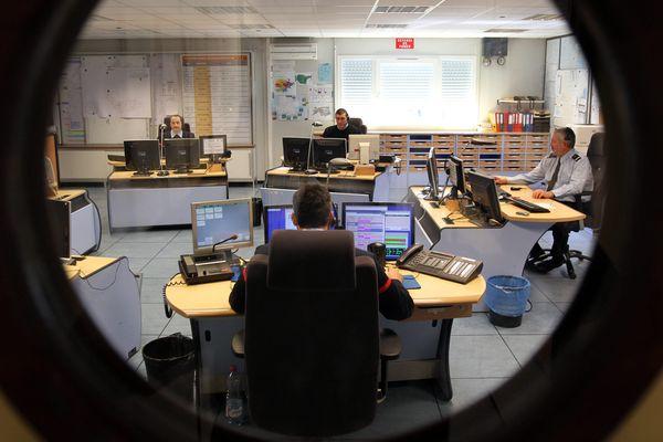 Un centre d'appels d'urgence (Illustration). A Vannes, les personnes, qui répondent sont des agents administratifs territoriaux, supervisés par un pompier professionnel.