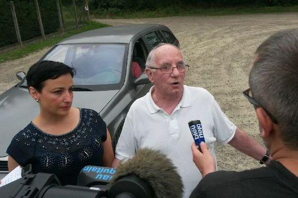 Claude Ducos et son avocate Lorea Chipi devant la prison de Mont-de-Marsan ce vendredi 28 juillet (FTV 28/07/2017)