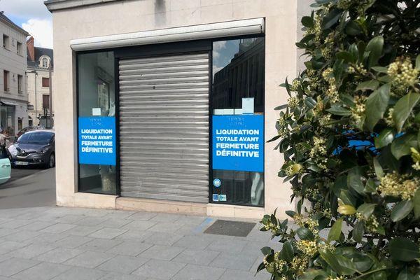 """Vitrine du magasin """"Le nouveau magasin"""" annonçant sa liquidation totale avant sa fermeture définitve."""