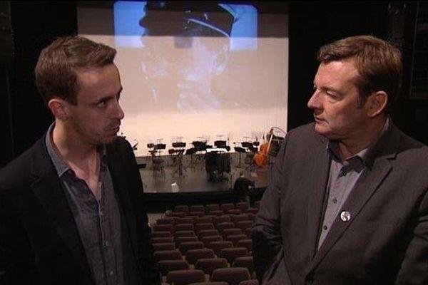 """Jean Deroyer, chef de l'Orchestre de Basse-Normandie, présente le ciné-concert """"Cuirassé Potemkine"""" à Jacques Perrotte."""