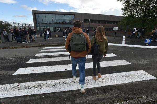 Elèves se rendant à leur lycée (image d'illustration)