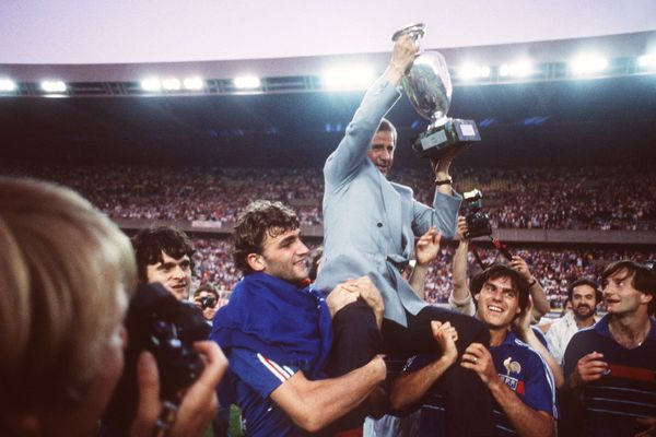 Yvon Le Roux et Manuel Amoros portant Michel Hidalgo en triomphe le 27 juin 1984