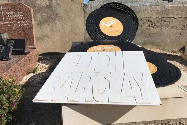 Cimetière marin de Saint-Tropez (Var) - La tombe originale d'Eddie Barclay, de son vrai nom Bernard Ruault : les noms des artistes qu'ils a signés sur son label figurent sur de grands disques noirs, une pile de grands 33 tours.