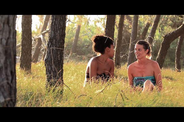 Extrait du film Loin des yeux, réalisé par Nicolas Poirier et Gautier Rolland, à l'encontre des images voyeuristes habituellement choisies pour illustrer les reportages sur le naturisme
