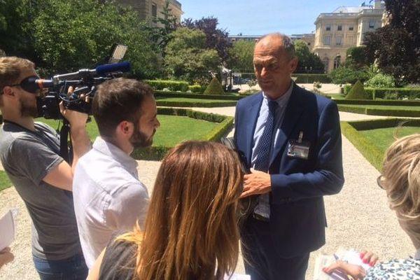 Jimmy Pahun (Divers), député d'Auray (2ème circonscription du Morbihan) accaparé par les journalistes dans les jardins de l'Assemblé nationale - 19/06/2017