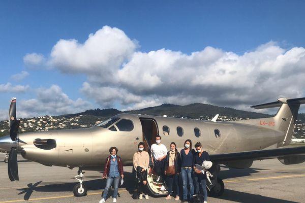 La seconde équipe de soignants azuréens sur le tarmac de l'aéroport de Cannes Mandelieu avant leur départ vers Mulhouse