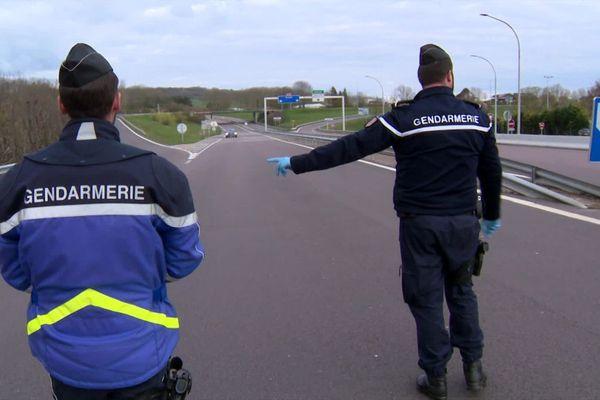 Un dispositif exceptionnel de 160 000 policiers et gendarmes a été mis en place pour empêcher les départs en vacances de printemps et s'assurer que le confinement est respecté.
