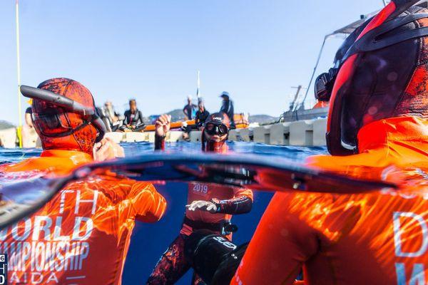 """Les plongeurs """"orange"""" assurent la sécurité des apnéistes entre 30 mètres et la surface."""