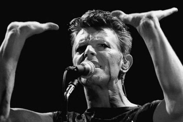 David Bowie en concert au Festhalle de Francfort, en 1983 en Allemagne de l'Ouest.