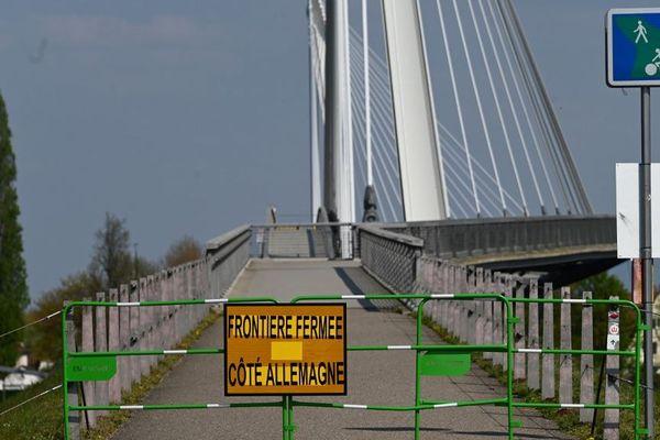 En raison de l'épidémie de coronavirus, les ponts reliant Strasbourg à Kehl en Allemagne ont été fermés (photo prise le 9 avril 2020).