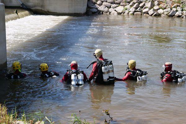 Des plongeurs ont effectué des recherches dans l'Ill.