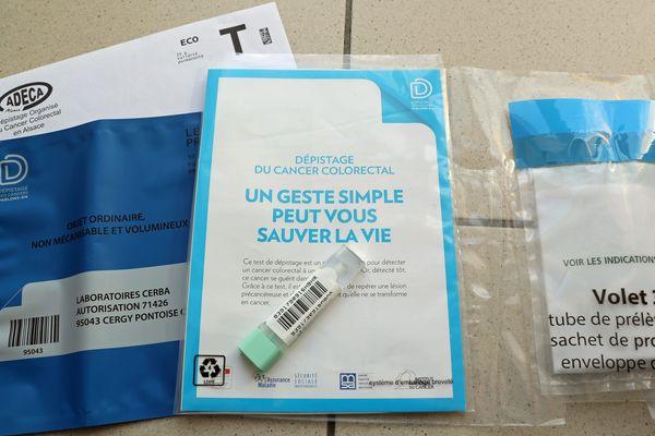Un kit de dépistage du cancer colorectal.