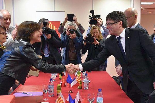 """Narbonne (Aude) - la présidente de la région Occitanie, Carole Delga, et le président de la Généralité de Catalogne, Carles Puigdemont, ont signé dimanche une """"lettre d'intention"""" pour renforcer leur partenariat à l'échelle européenne - 19 février 2017."""