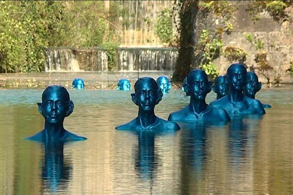 """Au barrage de Tuilière, l'oeuvre """"là où la marée monte et descend"""" de Pedro Marzorati interpelle le visiteur sur le réchauffement climatique... une oeuvre éphémère exposée dans le cadre de la biennale en Dordogne"""
