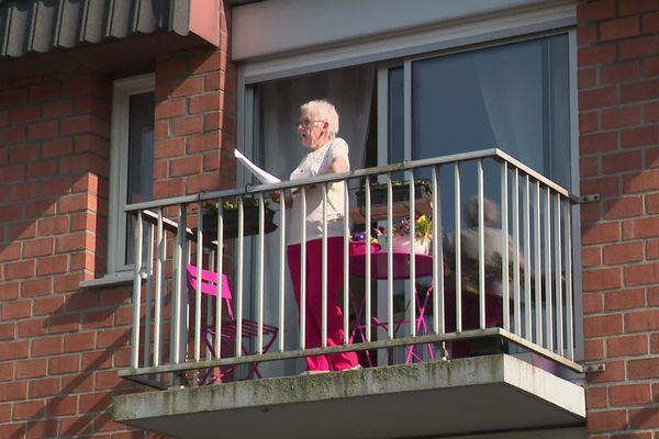 Deux chansons sont chantées chaque semaine, aux balcons de la résidence Maupassant de Gruchet-le-Valasse.