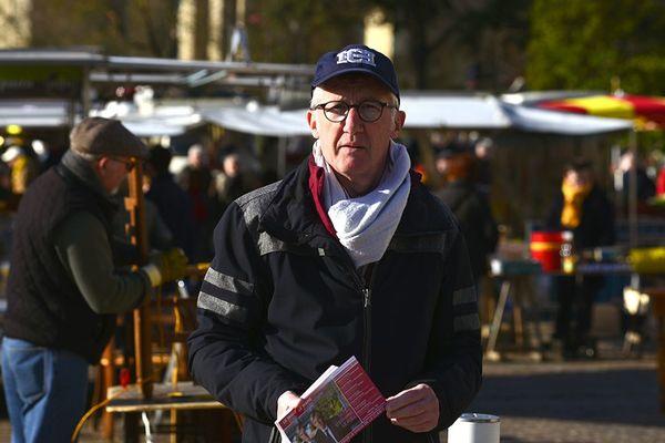 Un militant pour la liste de Stéphane Lefoll tracte sur le parvis de la place de la cathédrale au Mans.