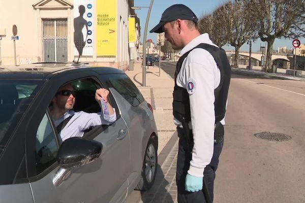 A Chalon-sur-Saône, les policiers portent des gants mais pas de masques