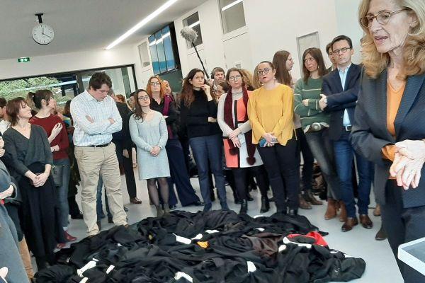 Le 8 janvier 2020, les avocats du barreau de Caen, en Normandie, déposent leurs robes au pied de la garde des Sceaux, en guise de protestation.