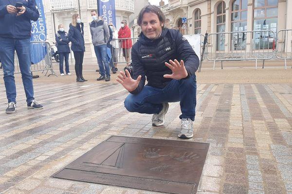 La plaque portant les empreintes de Yannick Bestaven a été dévoilée sur le remblai des Sables d'Olonne.