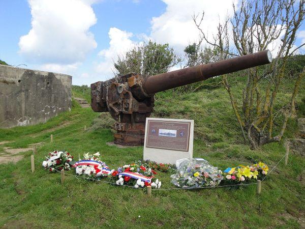 """Le canon du """"Chacal"""" et le mémorial dédié aux marins tombés lors de la bataille de Boulogne-sur-mer, les 23 et 24 mai 1940. Il se trouve à Terlincthun, sur la commune de Wimereux."""