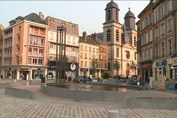 La rénovation de la place Crussy, de la place d'Armes et de la place de la Halle a permis de dynamiser le centre-ville sedanais.