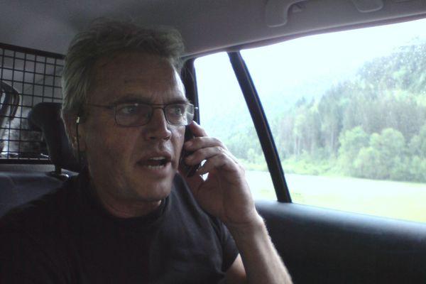 """Jean-Pierre Belon, en voiture de reportage, entre deux """"p'tits plans"""" à la caméra"""