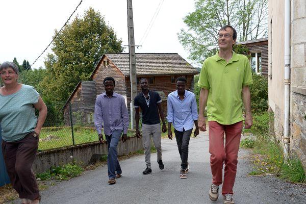 Noordeen avec deux camarades à Faux-la-Montagne avec Catherine Moulin, maire et Marc Bourgeois (juin 2018).