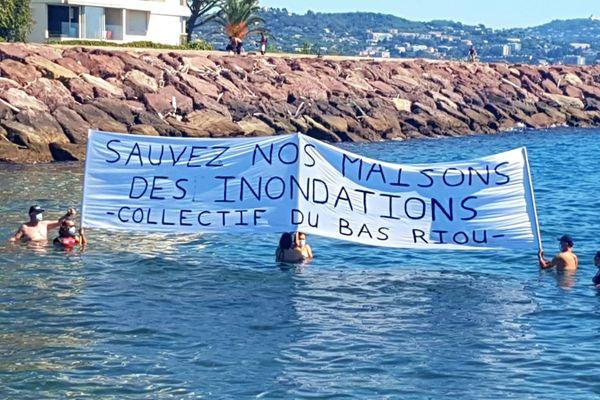 Des habitants de Mandelieu-la-Napoule manifestent dans l'embouchure du Riou de l'Argentière