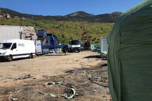 Les opérations de déstockage des balles de déchets ont débuté ce mardi 15 avril à Ajaccio.