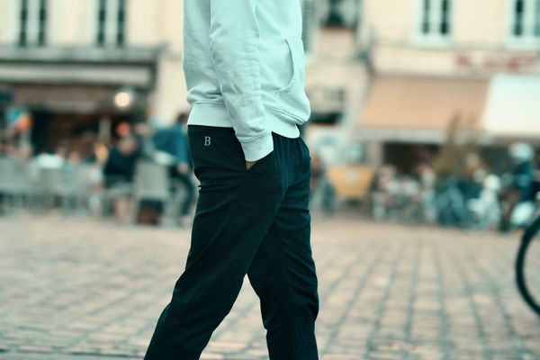 Un seul produit à la vente, ce pantalon en bleu nuit ou beige clair. L'objectif est de vendre 100 pantalons dans un premier temps.