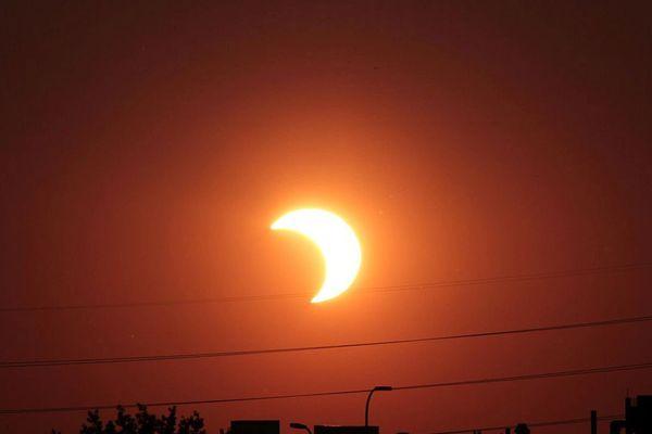 L'éclipse sera visible entre 9h45 et 11h15 en France avec une intensité maximale et environ 80% du disque solaire occulté, vers 10h30. Météo France prévoit un ciel dégagé ou peu nuageux durant cette matinée.
