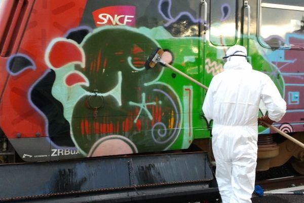 Narbonne (Aude) - nettoyage des tags sur les rames TER Languedoc-Roussillon - 13 février 2013.