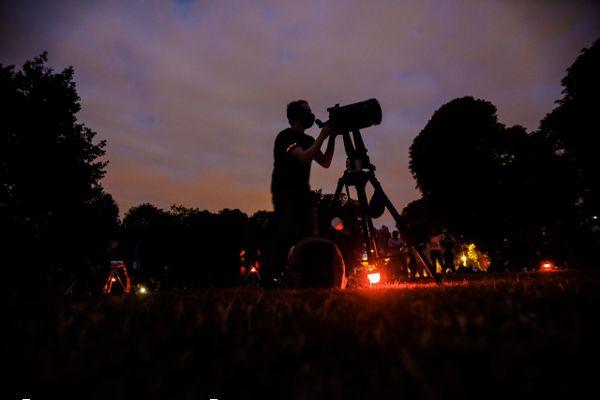 La saison estivale offre les meilleures conditions d'observation des étoiles filantes, et en particulier de l'essaim de Perséides à la mi-août