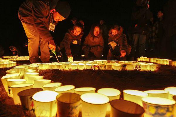 Au Japon, la population allume des bougies pour commémorer le second anniversaire de l'accident de la centrale de Fukushima.