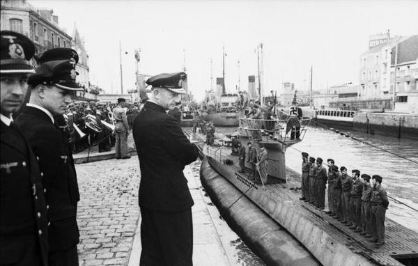 Karl Dönitz devant l'un de ses sous-marins à Saint-Nazaire, en juin 1941.