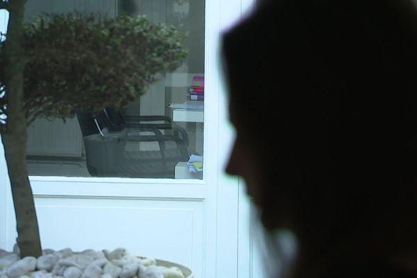 Angélique témoigne contre son gynécologue. Elle l'accuse de l'avoir agressée sexuellement durant une consultation.