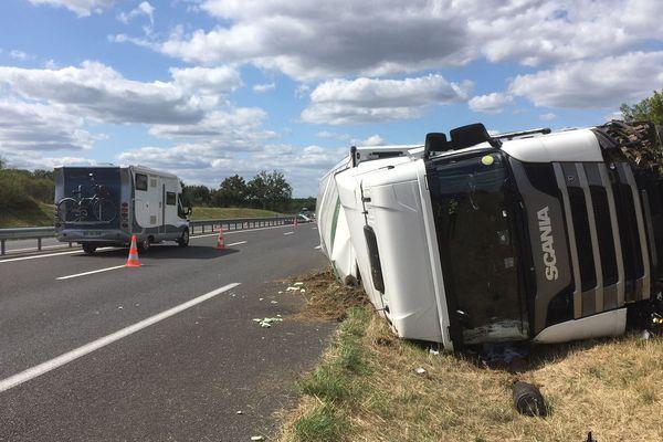 Le camion s'est retrouvé couché sur le flan, sur l'accotement de la N147.
