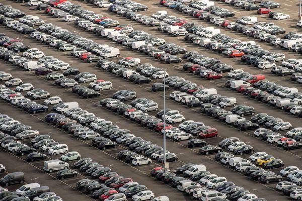 Vue aérienne du parking des voitures neuves 5008 Peugeot de l'usine PSA Peugeot Citroen de la Janais à Rennes.