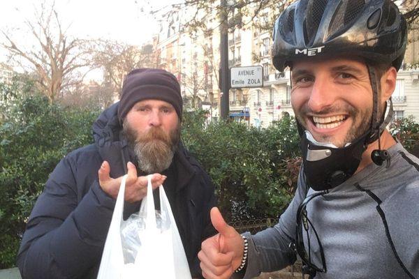 Les cyclistes du réseau #Pour eux sillonnent les rues de Paris et livrent des repas aux plus démunis.