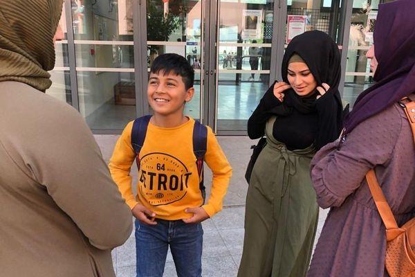 Nawal et Muhamed devant le collège Berthelot avec leur mère et leur grande soeur