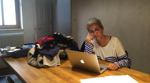 Comme tout le monde, Régine a une main sur le panier à linge et l'autre sur le clavier de son ordinateur pour rédiger nos chroniques villageoises.