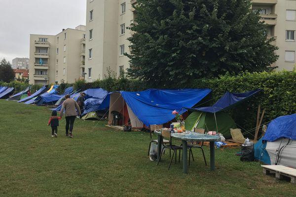 Environ 70 demandeurs d'asile sont installés sur le terrain de foot rue Henri Paris à Reims. Depuis le mois de juin, ils sont de plus en plus nombreux à venir vivre ici.