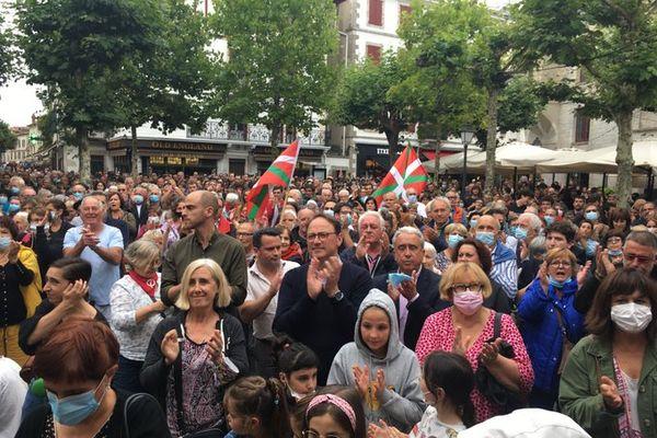 La foule réunie en soutien à la langue basque et contre la violence mardi 6 juillet à saint-Jean-de-Luz.